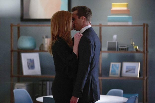 suits donna kiss